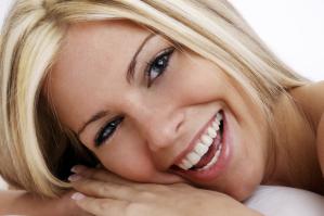 Weiße Zähne durch Bleaching und Veneers