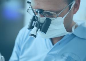 Zahnarzt Dr. Olaf Rauer bei einer Wurzelbehandlung für den Zahnerhalt